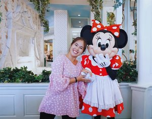 Reminiscing the time when I was at the happiest place on earth--they say. At Hong Kong Disneyland Hotel, you can have breakfast with characters and I was really excited to meet Minnie Mouse. ❤️ 📸: @marischkaprue  #thejournale  #thejournalejourney #clozetteid  #hkdisneyland #malaysiaairlines