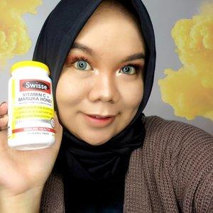 #NewNormal akan segera berlaku di Indonesia. Semua kegiatan diharapkan kembali berjalan seperti semula seperti sebelum pandemi ini terjadi. Maka dari itu kita wajib menjaga daya tahan tubuh biar gak tumbang! Nah aku lagi sering banget konsumsi multivitamin, kali ini aku mau kasih tau kalian salah satu multivitamin yang aku konsumsi, @swisseid Vitamin C + Manuka Honey. Seperti namanya, kandungannya adalah vitamin C yang terbukti ampuh untuk menjaga daya tahan tubuh, serta Manuka Honey yang dikenal sebagai madu terbaik. Cara konsumsinya pun gak ribet! Cukup dikunyah dan dikonsumsi 1-2 hari sekali. Oh ya, rasanya sedikit asam dan segar seperti jeruk serta manis seperti madu. Satu lagi, produk ini bebas laktosa, jadi untuk kalian yang laktosa intolerant (sering sakit perut kalau konsumsi produk susu hewani) bisa banget cobain ini, selain itu bebas perasa dan pewarna buatan loh.  Yuk cobain juga! Kalian bisa dapatkan di JD.ID, Tokopedia, Shopee. #swisse #swisseID #multivitamin #vitaminc #clozetteid #skincare #immunesupport #beauty #healthylifestyle #health