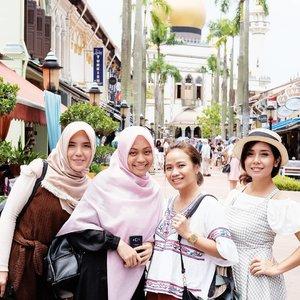Anak Tangerang kalo diajakin ngumpul sama anak Bekasi tu susah banget.Begitu diajakin naik pesawat langsung ayo 😂............#singapore #arabstreet #kampongglam #masjidsultan #sultanmosque #fujifilmxt10 #fuji35mmf2 #vsco #clozetteid