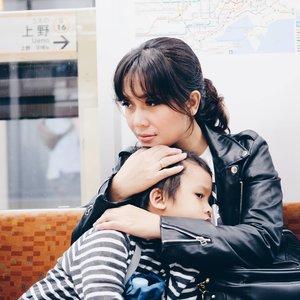 Ekspektasi kalo jalan2 keluar negeri tu pasti foto2 cantik kan yaa... Nah, kalo bawa anak dua biji, boro2 mau foto. Megang hape bentar, cuma mau liat map aja tau-tau anaknya udah ilang kemana, belum repot pegang bawaan. Tapi seru juga sih, banyak pengalaman baru buat mereka 😂.......#springinjapan #japanrailway #japantravel #tokyonight #clozetteid #DanzoGoesToJapan
