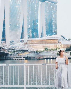 Nothing makes us so lonely as our secrets.........................#singapore #singaporetrip #fujifilmxt10 #fujinon35mm #clozetteid #solotravel#marinabaysands #helixbridge