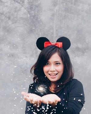 Let it go... Let it goooo ❄️❄️❄️................. #clozetteid #snowflakes #mickeyheadband #blackoutfit #fuji35mmf2 #fujifilmxt10 #terfujilah #fujinon35mm #vsco