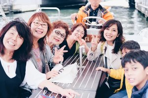 Waktu naik river cruise di Dotonbori Osaka ketemu rombongan ibu2 dari perfektur Gunma ini.Waktu kita bilang dari Indonesia mereka ga ngerti, tapi begitu sebut Bali, baru deh, karena ada salah satu dari mereka yg pernah ke sana. Selama di cruise kita ngobrol soal makanan, culture dll, kadang pake bahasa Inggris, kadang bahasa Jepang (sambil nanya gugel tentunya), tapi lebih banyak pake bahasa isyarat tangan 😂Kawaiiii.... 📸.........#dotonbori #osakajapan #rivercruise #DanzoGoesToJapan #beautifuljapan #japantrip #springinosaka #springinjapan #clozetteid #japantravel