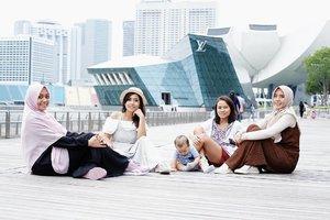 Collect moments, not things........................#singapore #marinabaysands #fujifilmxt10 #friendships #clozetteid #fujinon35mm #momandkids #travellingwithkids #solotravel