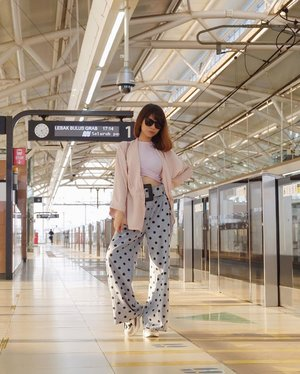 Suka deh foto di stasiun mrt😍✨ ( tap for details ) . . . . . #whatiwore #bloggerstyle #fashion #styleblogger #fashionblogger #ootd #lookbook #ootdindo #ootdinspiration #style #outfit #outfitoftheday #clozetteid