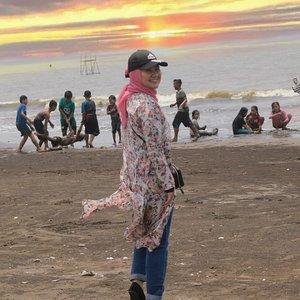 Ada yang aneh dalam foto ini? 😂 .. .. .... #clozetteID #Revanisanabella #OOTDhijab #beach #ootdhijabindo #ootd