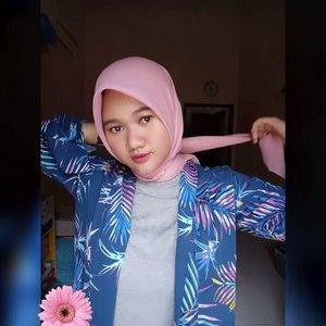 "Salah satu hijab favorit aku dari @laiqathelabel yaitu Atiqah Pink Hijab. Bahannya tuh ada serat"" halusnya gitu, gampang dibentuk, nyaman dan adem banget di pakai gak bikin gerah. 💕Oya, hijab dan produk @laiqathelabel ini sudah ada di @zilingoid ! 😍 .... ..#Clozetteid #revanisanabella #revanisanabellaootd  #beautycommunity #ootd #laiqathelabel #stylehijab"