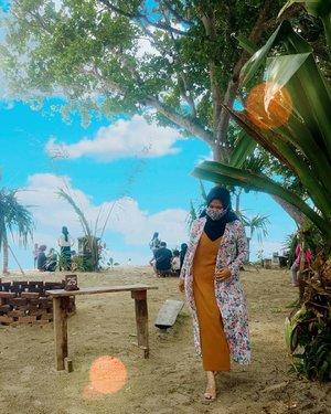 TGIF 🌻...#Clozetteid #revanisanabella #beautynesia #pantaipandan #pantaicarita #explorebanten