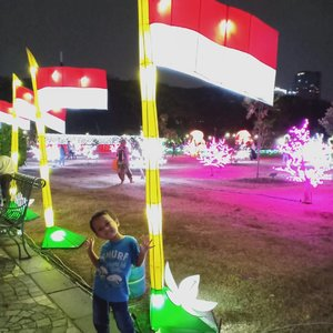 17 Agustus menjadi hari yang SID tunggu karena banyak lomba. Ia mau ikut semuanya.Alhamdulillah SID beneran mau ikut meski belum menang. Pas lomba lari malah selow 😆 okeee pemanasan ya, tahun depan kita coba lagi. Yang penting anak senang turut memeriahkan #HUTRIke74Btw, selain ikutan lomba, SID beri sesuatu untuk #Indonesia. Swipe ke slide terakhir, ya.Foto pertama: @monumen.nasional #FestivalofLight #MonasWeek2019 #ayokemonas#hutri74 #indonesiamerdeka #harimerdeka #song #HelenamantraStory #sekolahalamsemesta #clozetteID  #happymom #merdeka #lomba17an #17agustus