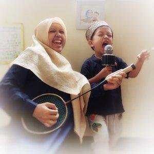 Dunia anak tak lepas dari bernyanyi. Asyiknya lagu-lagu anak kebanyakan bernada ceria bahagia syalala. Masukin pesan moral atau belajar sesuatu melalui musik menjadi lebih mudah diserap anak, lho.  Btw, apa lagu kesukaanmu saat anak-anak?  #mommybloggers #happymom #parentingindonesia #parentingblogger #parentingtips #tipsparenting #familyblogger #playtime #playidea #idemain #idemainanak #ideliburananak #liburananak #clozetteID #music