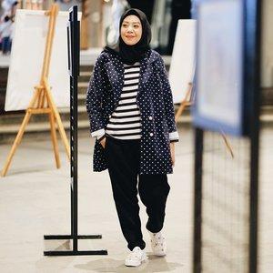 Sering berpakaian tabrak motif ga nih kalian ? ..Tren yang satu ini adalah salah satu tren yang susah-susah gampang menurutku, karena kalau salah dalam memadukan warna dan motif yang tidak cocok, malah bisa membuat penampilanmu terlihat 'lebay' dan 'norak'...Nanti mau bahas di blog soal mixmatch pattern ini 😆 nantikan ya ~ . .Polka blazer @buna.style .#Fashion #fashionblogger #fashionista #fashionable #fashionstyle #fashionblog #fashiongram #FashionAddict #fashionweek #fashiondiaries #fashionpost #fashionphotography #FashionDesigner #fashionlover #fashionshow #fashionmodel #fashiondesign #fashionkids #fashiondaily #fashionstylist #fashiongirl #clozetteid