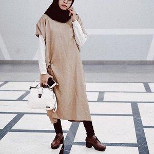 Long tunic atau midi dress itu bisa dibilang fashion trend yg dimunculkan untuk menyelamatkan keanehan sipemilik kaki kaki panjang nan kecil yg tak proposional bentukan betisnya 😁😁 whos the team ? 🤚🏽 . . #ootdhijabindo #ootdhijabnusantara #ootdbloggers #fashionbloggerindonesia #indonesianfashionblogger #clozetteid