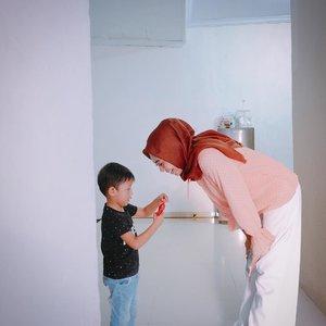 Bukan anak yg harus manjat atau meninggikan badan saat harus berhadapan dengan orangtuanya, tapi orangtuanya yang harus membungkuk atau merendahkan badan. . . #happymonday #mondaymotivation #parenting #clozetteid #momblogger #emak2blogger #mommyblogger