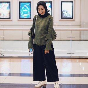 Warna pakaian yang kita pilih menjadi salah satu penunjang biar look kelihatan lebih modis., tren hijau army ini lagi sering up nih, jadi biar tampil aman dan ga keliatan salah kostum, baiknya mmg memilih warna basic seperti hitam, putih, atau abu-abu. ..Saya beraninya masih dengan basic hitam kalau dengan hinau army ini ~ ..Kalian pernah mix match hijau army dgn warna apa? ...Sharing di komen ya .#ootdhijabindo #ootdhijabnusantara #qiahladkiyadotcom #indonesianfashionblogger #fashionblogger #fashionbloggermakassar #clozetteid
