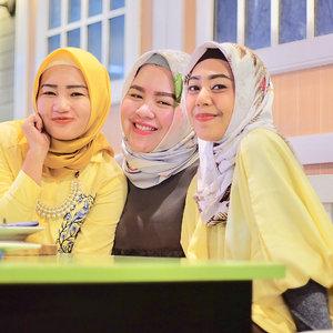 Tiap2 bunga berkesempatan menjadi layu untuk kembali bermekaran pada musim yg dimilikinya. Kewajiban kita adalah menjadi bahagia ya kan? wanita setrongkuuuuuu 😘🌻🌻..Ibu dosen @audyna_mayasari dan Ibu Doktor Yang Mulia @ameltahir 🌻💪🏽😍...#womanpower #lovelifelaugh #clozetteid #friendship #lawstudent #hukumunhas #fhuh #hijabfriends #friendshipgoals #ladys