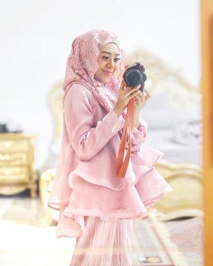Sebagai orang yg bosenan, kemarin mau dadakan beli/sewa baju untuk acara nikahan sepupu. Tapi gak jadi karena udah ga sempat, maklum kemageran lebih mendominasi, abis jemput anak sekolah pengennya goler2an aja di rumah. . . Sampai hari H tiba, yaudah pakai baju lama aja, biar tetap kelihatan beda, kain renda yang dibagiin dengan niat awal mau dijahit jd baju, tp gak sempat, akhirnya dijadikan hijab hoodie dengan bantuan @rabibu_khadijah guntingin pola dan jahit sambungnya ❤️ . . So ya this the look 😁🥰 ukuran kain hijab hoodie ini 60x60cm, kainnya beli 1 meter aja. . . #ootdhijabpesta #ootdhijabindo #clozetteid #fashionbloggerindonesia #fashionbloggermakassar #lifestyleblog