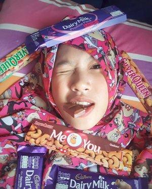 Definisi bahagia adalah dia 😁Aku sudah kehilangan 2 gigiku dengan dramatis kemungkinan besar karenanya tapi aku tak pernah menyesal telah menyukainya... Oh my vitamin....🍫Plisss gimme chocolate🍫...#GoodMood #ilovechocolate #chocolate #coklat #chocolatebar #chocolatelover #chocolateaddict #sweetooth #chocoholics #cadbury #silverqueen #morningtime #smile #photooftheday #clozetteid #everydaymadewell #hijab #mystyle #myoutfit #hijaboftheday #fashiondaily #lifestyle #사랑해 #셀피 #아름다운 #selfie #happy