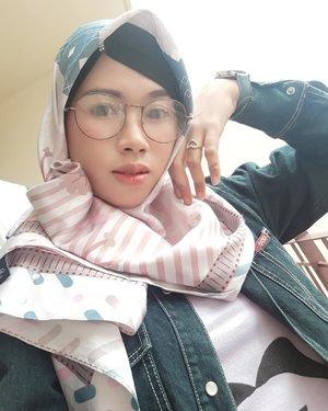 생각이 복잡해요 💫💫...#weekendmood #히잡 #셀피 #기분 #구성하다 #selfie #selcaday #naturallook #naturalmakeup #koreanmakeup #happy #photooftheday #clozetteid #imwearing #style #hijabstyle #beauty #everydaymadewell #hijab #mystyle #hijaboftheday #instastyle #fashion #fashiondaily #selfmade