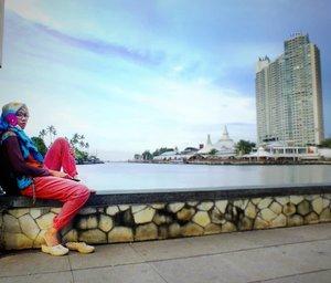 Melukiskanmu saat senjaMemanggil namamu ke ujung duniaTiada yang lebih piluTiada yang menjawabkuSelain hatiku dan ombak berderu.....(Dewi Lestari - Aku Ada)...#weekendmood #view #evening #beautiful #travelers #wonderfulindonesia #wonderful_places #wonderfulplaces #sea #beach #beachlover #inthebeach #photooftheday #mytripmyadventure #indonesiaview #exploreindonesia #pesonaindonesia #pantai #lembayungsenja #senja #style #clozetteid #fujifilm #fujifilm_id