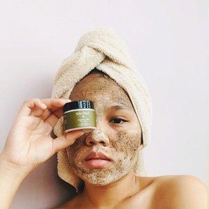 [Quick Review]Skin DewiEnergizing Coffee Clay Mask (Oats & Zeolites)Kulit aku bukan tipe yang jerawatan, tapi belakangan ini banyak banget jerawat timbulndi wajah aku. Salah satu faktornya mungkin karena perubahan hormon, pola makan, dan stress. Yes, stress yg memicu pergolakan hormon dan jadilah timbul jerawat ini. Aku coba pake masker dari @skindewi Energizing Coffee Clay Mask (Oats & Zeolites). Teksturnya bubuk dan tinggal dicampurkan dengan rose water atau toner favorit.Campur sampai mengental dan aplikasikan di wajah selama 8-12 menit. Fungsinya untuk menyerap sebum berlebih sekaligus membunuh bakteri di wajah. Sudah seminggu lebih pemakaian, aku udah ngerasain kalau jerawatku sudah mulai berkurang. Kalau rutin dipakai, klaimnya bisa menyamarkan bekas jerawat juga! Kandungan coffee dan oatsnya juga bisa menyegarkan kulit yang lelah.Maskernya aman untuk busui karena semua produk @skindewi ini organik dan natural.Music: TropicMusician: Jeff Kaale#ubbyxxbeauty #ubbyxxreview #clozetteid #shoxsquad