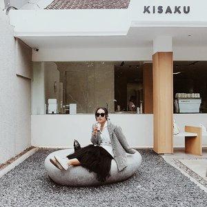 Satu lagi coffee shop yang menurutku nyaman dan kopinya enak. Di @kisaku.co nuansanya tenaaaaang sekali. Karena kerja freelance, jadi aku suka cari coffee shop sebagai tempat kerja dan meeting. Nah, di sini pas banget. Kopi, ambience, dan harganya semua pas. Kalau mau cari coffee shop yang suasananya tenang, kamu bisa ke sini. Ada indoor dan outdoor area.  #ubbyxxculinary #ubbyxxstylediary #clozetteID #shoxsquad #theshonetinsiders