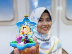 Asli aku lagi seneng banget nih, karena Polly Pocket ada lagi...😍😍😍⠀ ⠀ Polly Pocket ini tuh salah satu mainan hits ala  anak anak di tahun 90-an gitu deh, mainan boneka super mini yang cute abis ini bisa ditutup dan dijadikan gantungan tas, terus ada banyak jenis yang bisa kita koleksi 😍⠀ ⠀ Nah di bulan April 2019 ini Polly Pocket akan kembali hadir di toko mainan seluruh Indonesia loh...⠀ ⠀ Selain produk mainan yang hadir di beberapa toko mainan di seluruh Indonesia, Polly Pocket juga bakal merilis series episode yang ⠀ bisa disaksikan di official Youtube channel Polly Pocket. ⠀ ⠀ Bener aja kan, begitu nyampe rumah, Nada tuh langsung excited gitu main Polly Pocket ini...😍😍😍⠀ ⠀ ⠀ #PollyPocket #GoTiny #TinyisMighty #PollyPocketIndonesia  #Lifestyle #kids #Clozetteid