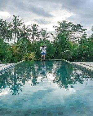Challenge myself to stand on infinity pool's end. Yah terkadang kita butuh nge-push diri sendiri sampai mana beraninya. Terkadang apa yang kita takutkan hanya karena kita belum tau aja di depan ada apa. Pas dijalani dan tau, akhirnya bisa mengambil keputusan karena sudah tau plus dan minusnya..#tegalalang #infinitypool #swimmingpool #plussizeootd #plussizestyle #plussizefashion #plussizemodel #plussize #plussizebali #plussizeindonesia #plussizeinpiration #plussizebeauty #bigsizeindo #bigsizebali #bigsizeindonesia #curvywomanindonesia #curvywomanindo #casualstyle #bali #clozetteid #chicstyle #plussizecasual #casualplussize #summer #summeroutfit.#vinaootd
