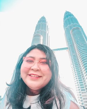 Took a selfie because someone couldn't take good angle for me. 🙄.Udah kangen traveling dan bosen jalan - jalan pakai gmaps. What's should I do now?..#petronastowers #twintowers #malaysia #kualalumpur #kualalumpurmalaysia #throwback#plussizeootd #plussizestyle #plussizefashion #plussizemodel #plussize #plussizebali  #plussizeindonesia #plussizeinpiration #plussizebeauty #bigsizeindo #bigsizebali #bigsizeindonesia #curvywomanindonesia #curvywomanindo #casualstyle #bali #clozetteid #chicstyle.#vinapiknik
