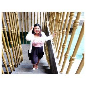 Eh ada paparazzi. Cc @viniamanda.  #vinaootd . . . #bigsize #bigsizeootd #bigsizeindonesia #plussizefashion #plussizeindo #ootdindo #clozetteid #bali #ootdindo #outfit #outfitoftheday #chic #balinese #smile #chicstyle #stair #whitecardigan #croptop #skirt #bamboo #hotelinbalo