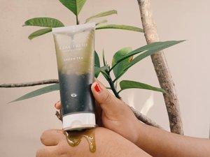 """Salah satu masker malasku dari @altheakorea, Real Fresh Skin Detoxer Green Tea. Kok masker malas? Ya karena bisa digunakan sebagai cleanser dan masker sekaligus!Dengan bahan utama daun teh hijau dan ekstrak teh hijau dapat memberikan banyak manfaat seperti melembabkan, mengencangkan, melembutkan dan lainnya. Ada kandungan gliserin juga untuk mencegah dehidrasi.Ada baiknya digunakan di pagi hari (malam juga gapapa), biar fresh karena baunya bikin """"hidup"""" banget! Ratakan ada kulit yg kering dan biarkan selama 10 detik. Lalu basahkan tanganmu dan lakukan gerakan memutar dan bilas.Selama hampir sebulan pakai produk ini, aku menemukan kulitku makin lembab dan kenyal. Pori - pori juga bersih banget. Super rekomen buat kalian yang malas lama - lama maskeran. 👀#vsbxalthea #altheaangels #altheakorea #realfreshskindetoxer #bbbxalthea...#greentea #greenteamask #lazymask #washoffmask #nature #facemask #skincare #koreanmask #clozetteid #potd #pictureofthedays #balibeautyblogger #recommended"""
