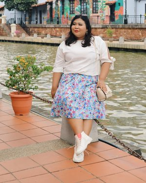"Siap - siap manggil abang cilok. ""Bang, satu porsi cinta berapa dah? Bisa dibeli pake hati adek?"" #vinapiknik . . . #ootdindo #malacca #ootdmalaysia #bigsize #river #rumahmerah #smile #outfitoftheday #ootd #chic #love #floweryskirt #plussizeinspiration #bigsizeindonesia #plussize #clozetteid #happy #malaysia"
