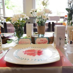 Need something beautiful for your party?  Call @edelweiss.party.planner for sure.#vinangevent.#bskejogja #bs1stgathering#beautiesquad ...#jogja #clozetteid #partyplannerjogja #rusty #tabledecor #white #potd #pictureoftheday #lunch