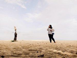 "Kelakuan habis buka tinder, lalu melihat sekeliling,""Apakah dia jodohku?"" - Vina, xx tahun, sedang galau akan statusnya.Ah, btw, have a nice Sunday.❤️ #vinapiknik...#picnic #sand #sanurbeach #beach #coconut#palmtree #sky #weekendwellspent #weekendvibes #sunday #sundayfunday #clozetteid #look #plussizestyle #plussizeootd #bali #sanur"