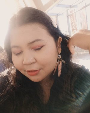 Golden hour. 🔥.#motd #makeup #makeupoftheday #simplemakeup #clozetteid  #lipstickoftheday #lotd #balibeautyblogger #nudelipstick #plussizemodel #lipcream #plussizebali #plussizeindonesia  #plussizebeauty #bigsizeindo #bigsizebali #bigsizemodel #bigsizeindonesia #loreal #tipscantik #tipsplussize #plussizetips #plussizeandhappy #goldenhour #goldenhourselfie.#brushbyvina