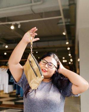 Mulai lelah dengan tas kecil dan akhirnya eyeing tote bag. Tapi clutch bag dari @serenadecollection beda. Keliatannya kecil, tapi dompet panjangku, make up buat keluar, dua handphone, 1 charger, tissue - BISA MASUK! . Kalau kalian berniat buat beli tas kecil, coba beli clutch ini. Dijamin deh happy banget. � . #ootdindo #plussizeootd #plussizestyle #plussizefashion #plussizemodel #plussize #plussizebali #plussizeindonesia  #plussizebeauty #bigsizeindo #bigsizebali #bigsizemodel #bigsizeindonesia #happy #tipscantik #tipsplussize #plussizetips #ootdfashion #clozetteid #ootdindo #ootdfashion #clutch #bag #smallbag . #vinaootd
