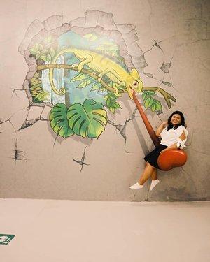 Dengan kekuatan lidah lizard, doi mampu mengangkatku dari keanuan hidup. 👀 . . . . 📸 @reginapitupulu  #vinapiknik . . . #3dmuseum #museum #trickymuseum #trickyeyemuseum #iambaliofficial #museum3d #3dart #3dartmuseum #visitbali #trickart #trickartmuseum #bali #baligasm #clozetteid #lizard #happy #chicstyle #plussizeootd #plussizestyle #bigsizeindo #bigsizeindonesia #balikekinian #swing