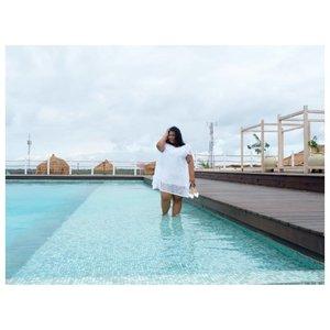 Instagram: *pegang rambut sambil senyum happy*Real life: Njir ini anginnya ngajak ribut. Sini ribut yok!!! #vinapiknik...#bigsize #bigsizeootd #bigsizeindonesia #plussizefashion #plussizeindo #ootdindo #clozetteid #bali #ootdindo #outfit #outfitoftheday #chic #balinese #smile  #hotelinbali #rooftop #whitedress #pool #swimmingpool #weekend #weekendvibes