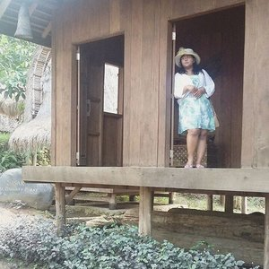 Lagi ngintip tetangga sebelah biar ada bahan gosip. 👻  #vinasinbali #jalanbarengvina . . . #tamannusa #tamannusabali #indonesianculture #indonesiaheritage #traditionalhouse #house #ntb #sukusasak #sasaktribe #tribe #ootd #outfitoftheday #clozetteid