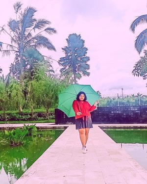 Lagi hujan. Jangan lupa bawa payung ya. Payungi hati juga biar gak bernostalgia dengan kenangan lama. *kabur .  #plussizeootd #plussizestyle #plussizefashion #plussizemodel #plussize #plussizebali #plussizeindonesia #plussizeinpiration #plussizebeauty #bigsizeindo #bigsizebali #bigsizeindonesia #curvywomanindonesia #curvywomanindo #casualstyle #bali #clozetteid #ootdindo #ootdfashion #chicstyle #secretgardenvillage #secretgardenvillagebali #umbrella . #vinaootd