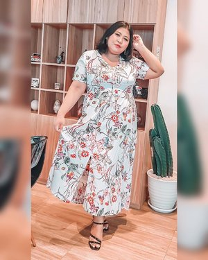 I never felt comfortable with long dress, but not this. I love it. Maybe because it's flowy and feminine. So me. . Tapi tetep ya duduknya ningkang. .  #plussizeootd #plussizestyle #plussizefashion #plussizemodel #plussizebali #plussizeindonesia #plussizeinpiration #plussizebeauty #bigsizeindo #bigsizebali #bigsizeindonesia #curvywomanindonesia #curvywomanindo #casualstyle #bali #clozetteid #ootdindo #ootdfashion #chicstyle #longdress . #vinaootd