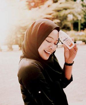 Punya passion di dunia communication & art bikin aku selalu mau tau sama apa aja sih yang ada didalamnya. Sampai setelah terjun ke dunia blogging dan fotografi aku penasaran banget buat tau gimana sih rasanya jadi communication practitioner yang terjun langsung ke lapangan. Karna seperti yang pernah aku bilang, kita ga boleh stay di comfort zone kita aja. Kita perlu melihat dunia. Jadi deh.. aku buletin niat buat ninggalin keseharian aku di Jakarta sebagai beauty blogger buat ngerasain gimana sih internship di perusahaan yang punya banyak program-program langsung ke masyarakat. Yes, aku magang di perusahaan Liquid Nature Gas (sangat bukan duniaku). Banyak banget pelajaran yang bisa aku ambil disini! Menyenangkan! Meskipun harus lebih akrab sama sinar matahari Kalimantan (panasnya jalur khatulistiwa itu wow banget). Tapi aku ngga takut, karena aku selalu melindungi kulitku menggunakan Marina UV White dengan extra SPV 15 supaya kulitku tetap sehat & terawat❤️ #SaatnyaBersinar #MarinaBeautyJourney #MarinaXClozetteID #ClozetteID