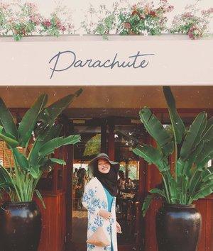 Tempat selanjutnya yang enak buat dipake duduk sore-sore di Bali, @parachutebali ✨ // suasananya enak, adem, nggak terlalu jauh kalo mau kemana-mana dan lagunya nggak jedag-jedug! Pelayanannya cepet & minumannya enak-enak! Aku kemaren pesen lime squash apa gitu lupa ada butterfly-butterfly-nya kalo gak salah, pokoknya warna ungu sampe 2 gelas saking enaknya📸 @mnkstd#ClozetteID