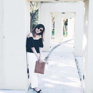Kiss goodbye boring daily look. This cool eyewear from @sunglassplanet definitely brings my casual look into new level 😎 . . [On Frame: LEVI'S LS 98040 CO4P 49 GOLD] . . #sunglassplanetxlevis #thebetterone #putyourmakeupon #sunglassplanetpakuwon #angelschoice #potd #lotd #styleXstyle #wiwt #wiwtindo #ootdindo #outfithariini #lookbookindonesia #ootdholic #ootdindonesia #clozetteid #fashionindonesia #ootdmagazine #pootd #lookbook #igdaily #dailylook #ootd #postthepeople #womenmagz #womeninframe #fujifilm #terfujilah