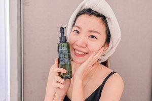 Been using this @purito_official From Green Cleansing Oil for 4 months now. I love how delicate this cleansing oil, wash away impurities: dirts, makeup, and (my fav part) sunscreen!It hydrates my skin too!With 6 natural nutritive oils, EWG green level ingredients, this @purito_official From Green Cleansing Oil become my fav daily wash off cleanser! 🍃🍃Thank you @fishmeatdie and @purito_official 💚💚...#skincarereview #indobeautygram #cleansingoil #purito #clozetteid #sbybeautyblogger #beautybloggersurabaya #projectcollabswithangelias #kbeauty #healthyskin