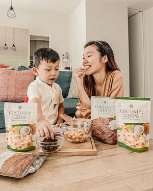 This is how we spend our quality time, chit chatting while munching coconut chips from @cocochips.merubali 🥥Dibuat dengan bahan alami, NO MSG, no preservative, bebas kolestrol, tidak digoreng, Coconut Chips dari @cocochips.merubali ini jadi pilihan sehat buat ngemil. Only IDR 12.500, dapat dibeli disemua Indomaret Bali dan lapak online seperti Shopee dan Tokopedia.Darren and me, like it so much. How about you? 😊...#projectcollabswithangelias #ngemilenakngemilsehat  #coconutchips #ngemilsehat #merubali #clozetteid #lifestyleblogger #healthysnack