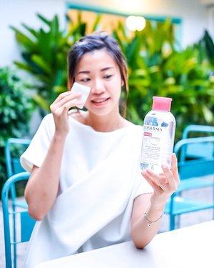 Ada yang baru dari @bioderma_indonesia . Packaging baru yang pasti bikin makin praktis saat digunakan. Seperti apa ya detail reviewnya dari new feature ini as well as the effectiveness of Bioderma Sensibio H2O? New blogpost is up on angelworlds.wordpress.com . . . . #projectcollabswithangelias #clozetteid #sbbreview #sbbxbioderma #sbybeautyblogger #beautybloggersurabaya #beautybloggers #skincare