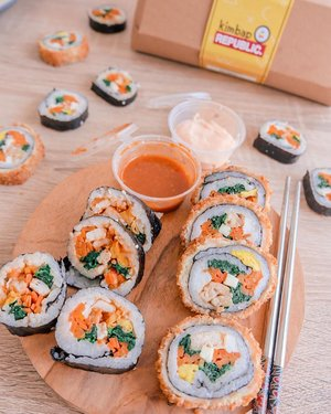 The first kimbap fusion in town @kimbap.republic ☺️ Made without preservative, MSG, and contain nutrient for body: carbo, protein.  Ada 2 pilihan rasa: Annyeong Bap (original kimbap) Hello Bap (crunchy kimbap) Dan 2 dipping sauce.  Jujur aku ngga bisa milih antara Annyeong Bap sama Hello Bap, dua-duanya enak banget!! Kalo dipping sauce nya aku suka yang mayo :) even the original kimbap taste yummy dengan mayo ☺️  Make sure to check their IG @kimbap.republic to join their PO. . . . #kimbap #wenaktok #projectcollabswithangelias #fusionfood #clozetteid #foodblogger #kimbapsurabaya #kimbaproll