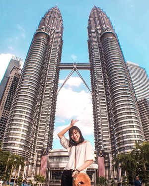 Golden Hour 🌞...#wheninmalaysia #wheninkl #angellittleadventure #twintowers #suriaklcc #petronastwintowers #malaysia #kualalumpur #potd #lotd #clozetteid #styleblogger #ootd #casual
