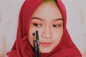 been using @merzy_official Another Me The First Gel Liner in shade G1 Black Moon and G3 Amber Bronze for weeks 🤩 suka banget sama eyelinernya karena teksturnya lembut, cepat kering setelah diaplikasikan dan tahan lama seharian tanpa smudge. Sebelum post ini aku upload video caraku pakai eyeliner ini setiap harinya, silakan cek. and for those who want to buy this, please go to my @charis_celeb shop or visit this link hicharis.net/fujiastyani/bio. fyi, you'll get an extra price if you buy this from my shop (p.s: shipped directly from korea) #charisceleb #merzyanotherme #merzythefirstgeleyeliner #merzy #thefirstgeleyeliner #terfujilah #terfujilahxa10 #clozetteid #beauty
