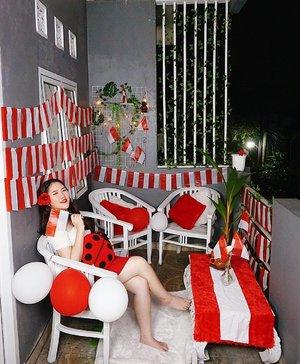Dirgahayu Republik Indonesia ke-75. Happy Independence Day Indonesia ku 🇮🇩  Walaupun tahun ini berbeda dari sebelumnya tapi banyak hal positif juga seperti waktu di rumah yang bisa dimanfaatkan untuk decluttering barang yang sudah menumpuk dan tidak terpakai. Terus bisa lebih kreatif juga bikin craft ini itu. Bahkan satu rumah udah bisa masak sendiri semuanya, walau belum level master chef haha. Ini juga salah satunya, dekor balkon merah putih~ Seru kayak main rumah-rumah an in real life hehe.  So grateful di masa sekarang ada online shopping dan ojol yang memudahkan segala keperluan sehari-hari. Bahkan gak keluar rumah aja bisa beli apa pun serba online. Semoga kedepannya Indonesia bisa lebih maju lagi dalam segala aspek ya! ❤